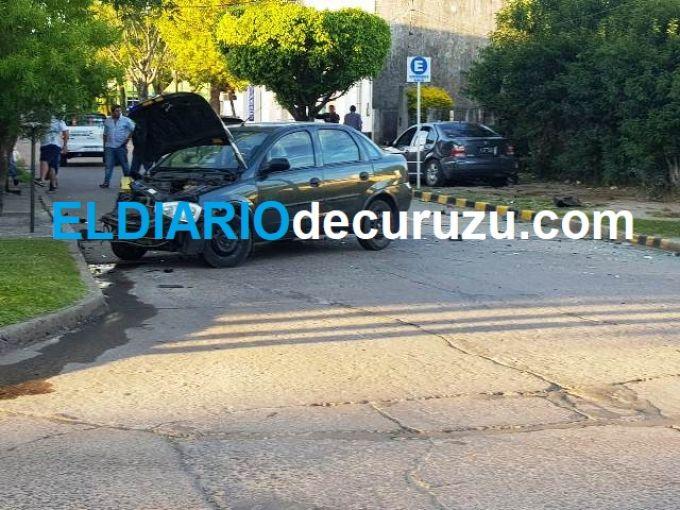 Tremendo choque entre dos automóviles en calle General Ramírez
