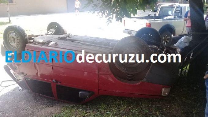 Chocó y provocó el vuelco de un automóvil estacionado