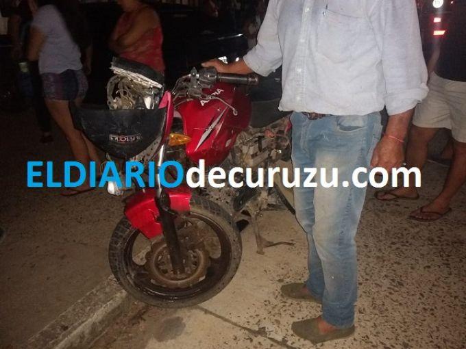 Accidente de tránsito entre un automóvil y una motocicleta
