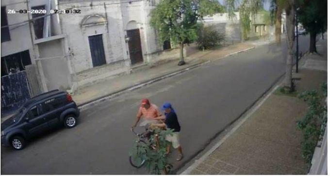Iban en bicicleta y robaron mercaderías de un local de comidas en pleno centro