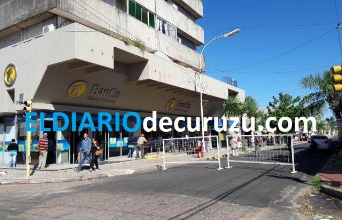 Largas filas de personas en la apertura de los Bancos en la ciudad