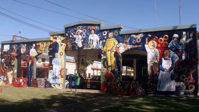 Jorge Gamarra desplegó su arte y su mural ya se puede ver en la Plazoleta del Trabajo